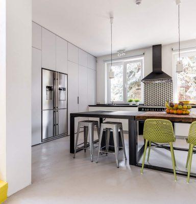 minimalist-kitchen-seen-from-anteroom-PUP68TV